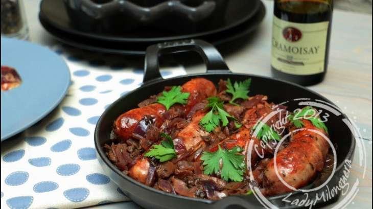 Potée de saucisses aux oignons rouges caramélisés