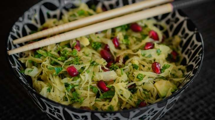 Salade detox choucroute chou kale grenade et avocat je - Cuisiner choucroute crue ...