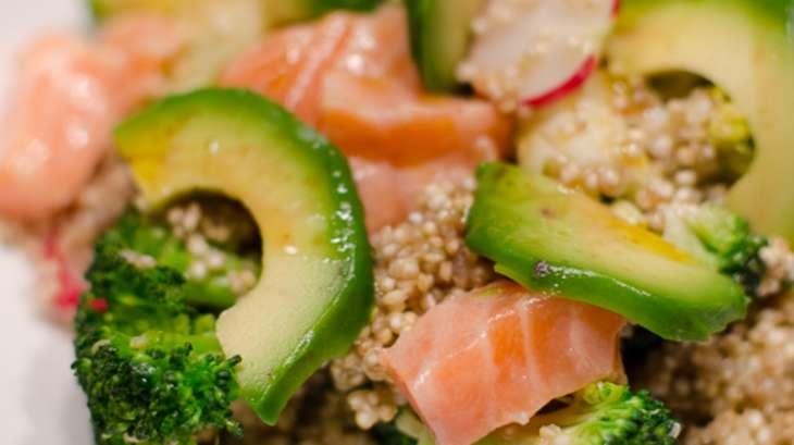 salade de quinoa aux brocolis l 39 avocat et au saumon frais recette par piratage culinaire. Black Bedroom Furniture Sets. Home Design Ideas