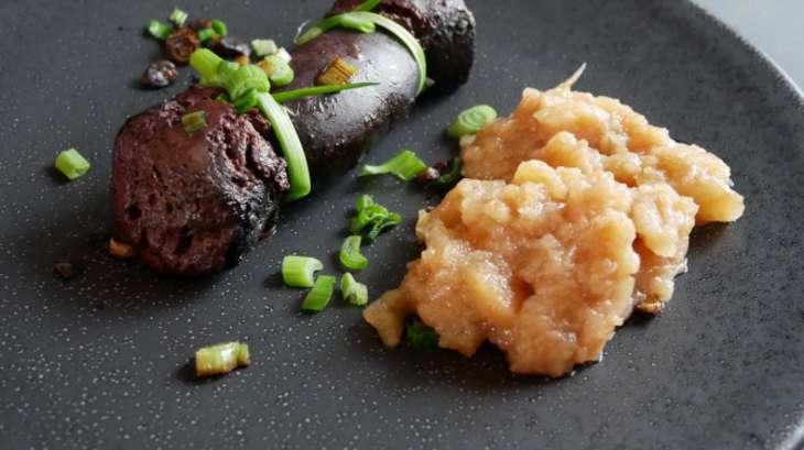 Boudin noir aux pommes et petits oignons
