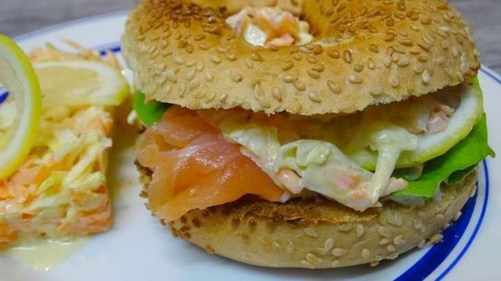 Coleslaw chou-carottes et bagels au saumon
