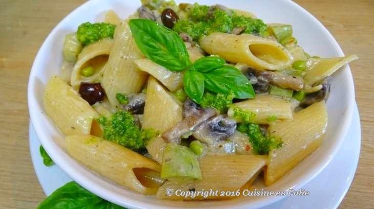 Pene Rigatoni aux champignons, petits pois, courgettes et olives Taggiasca, pesto à l'italienne