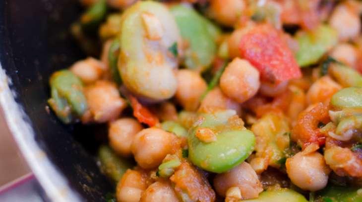 Fèves et pois chiches à la sauce tomate et aux épices