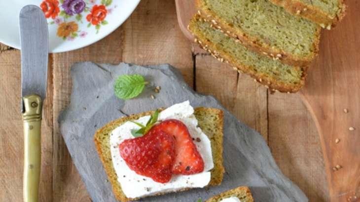 Tartines de chèvre frais et fraises sur pain au pesto de fanes