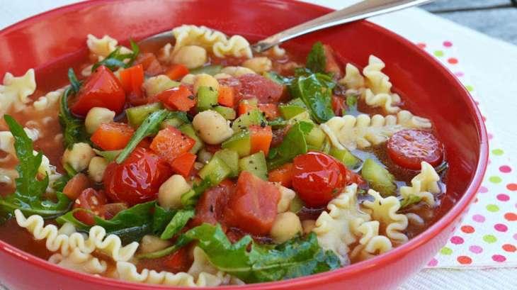 Minestrone aux pois chiches, poivrons, tomates cerise et roquette