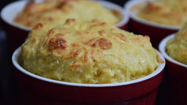 Soufflé aux fromages, oignons et champignons frits