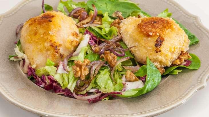 Poires en croûte de parmesan, petite salade mélangée