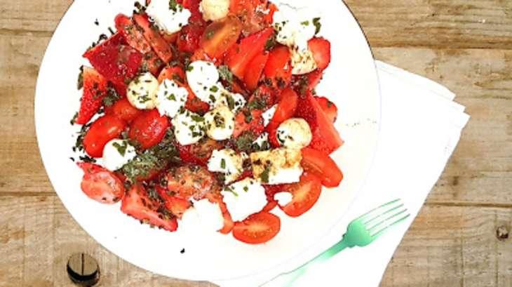 Salade de tomates cerise, fraises, feta, mozzarella