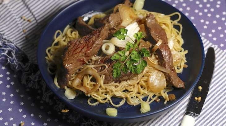 Nouilles chinoises et boeuf sauté à la coriandre et aux herbes