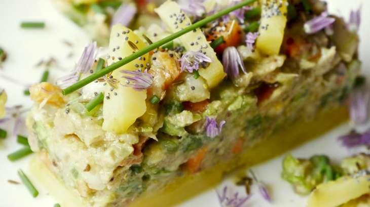 Salade de légumes cuits et crus et maquereaux