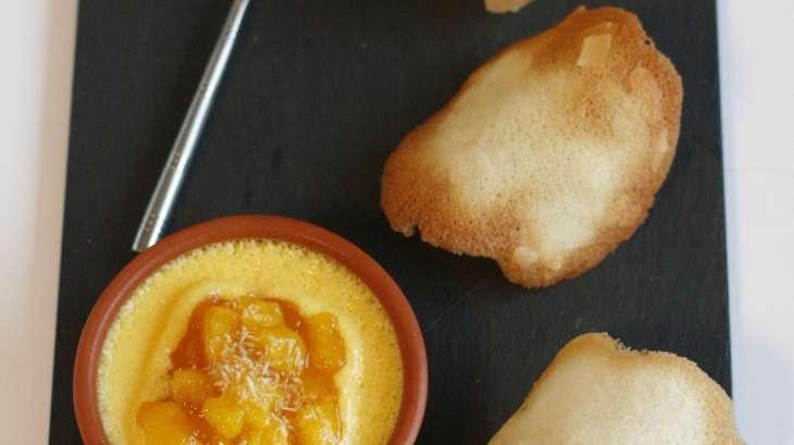 Crème brulée coco, mangue caramélisée et trio de tuiles