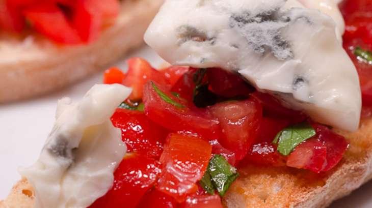 Crostini aux tomates cerises et gorgonzola