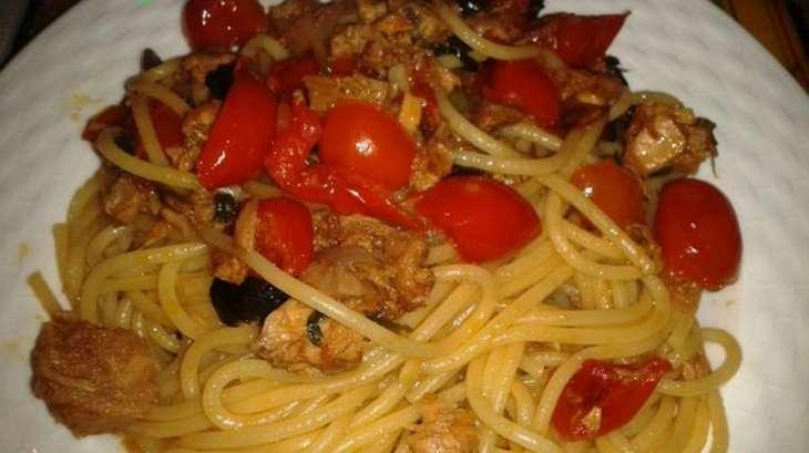 spaghetti au thon tomates cerises olives noires et basilic recette par sophie70. Black Bedroom Furniture Sets. Home Design Ideas