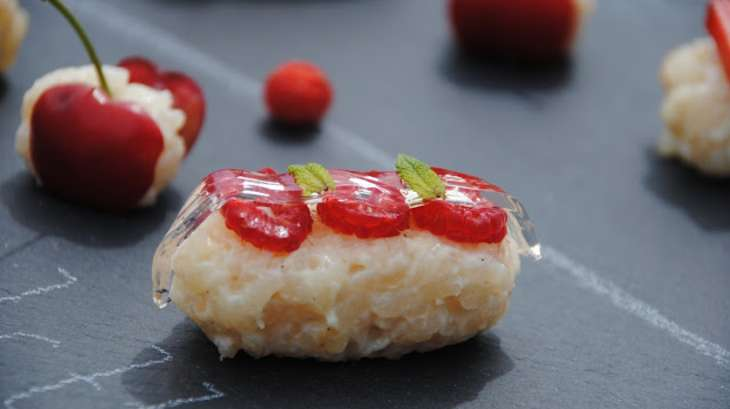 Sushis de riz au lait, fruits rouges et gelée de grenadine