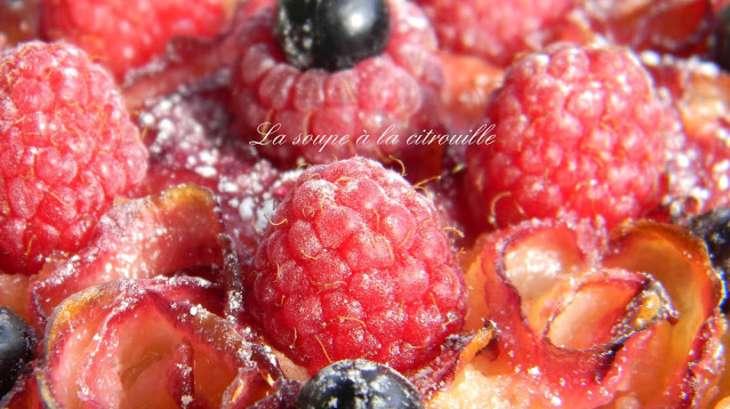Tartelette amandine roses de nectarines blanches et framboises fraîches