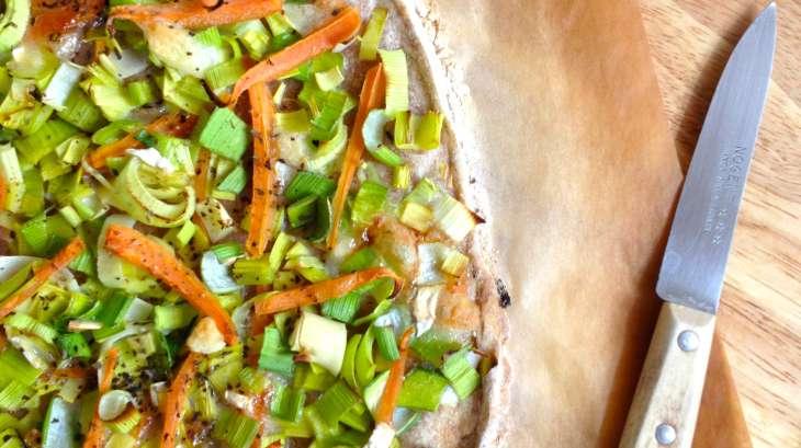 Flammkueche semi-complète au poireau, carotte et chèvre