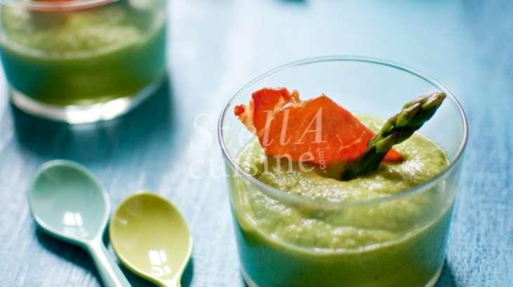 Crème légère d'asperges vertes à la menthe, chips de jambon cru