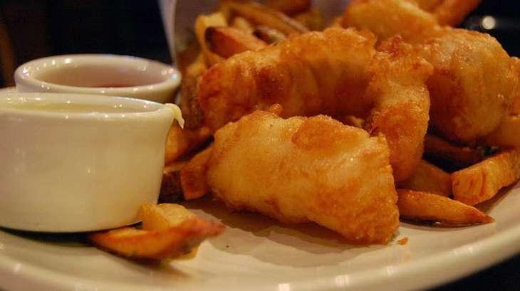 Filets de merlan marinés, frits, sauce tomate