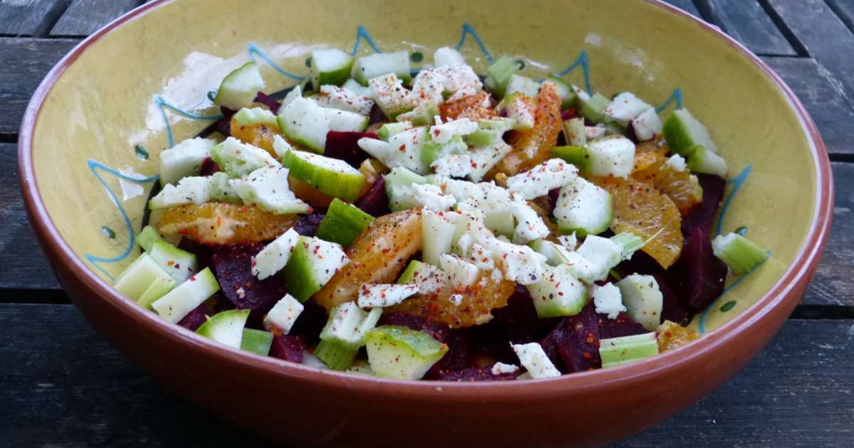 Salade de betterave aux oranges et la feta recette par - Comment cuisiner les feuilles de betterave rouge ...