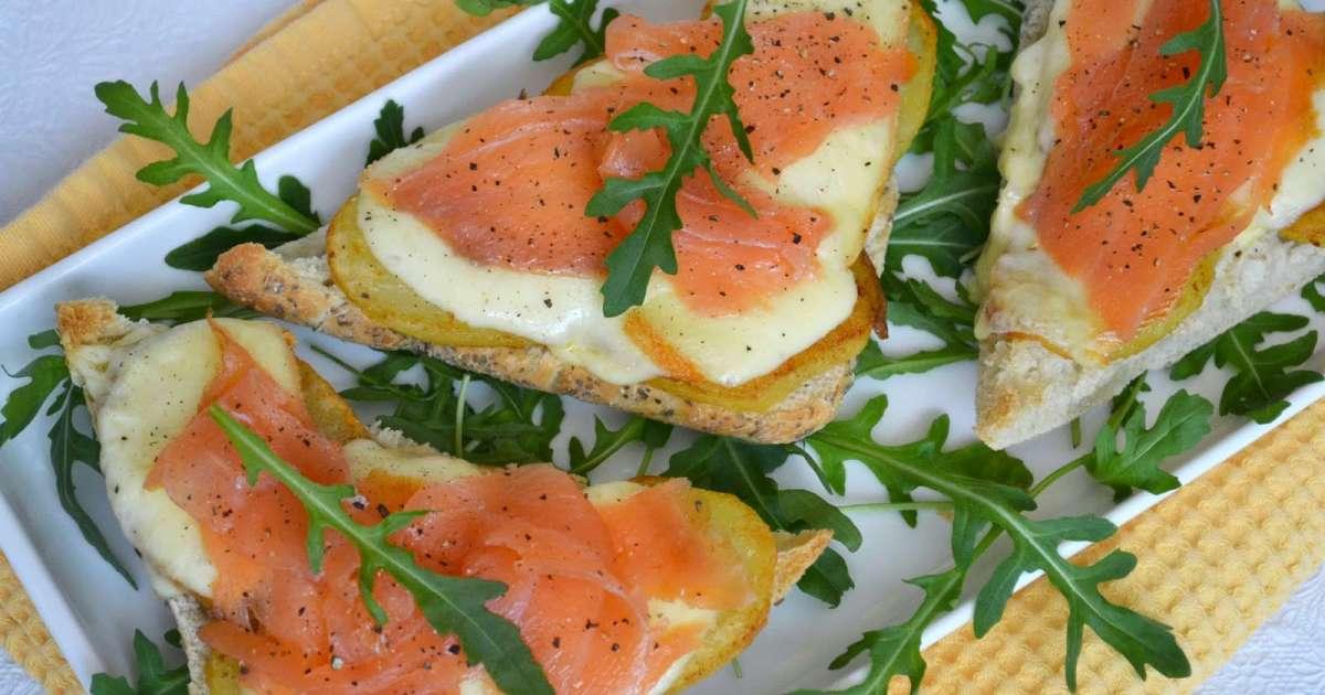 Bruschettas au saumon fumé, pommes de terre rissolées et fromage raclette