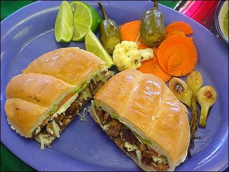 Sandwich à la dinde, épices, légumes, pave con pavo, torta (Amérique du Sud)