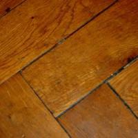 Den alten Bodenbelag entfernen und Platz für moderne Materialien machen