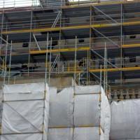 Einhausung aufbauen und Sicherheit am Baugerüst gewährleisten!