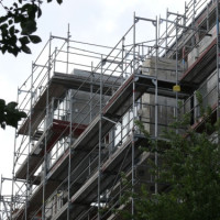 Leistungen von Gerüstbau-Firmen: Sicherheit vom Fassadengerüst bis zur Tribüne