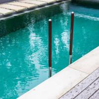 Welches Schwimmbadzubehör wird benötigt und welches kann wahlweise integriert werden?