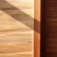 Mit einer Wandverkleidung aus Holz Innen- und Außenbereiche modern und natürlich gestalten!