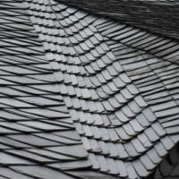Eine Haubrücke dient als Unterlage beim Bearbeiten von Dachplatten