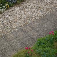 Terrassengestaltung mit Steinen – Vor- und Nachteile von Kieselsteinen