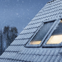 Warm im Winter: Heizkosten sparen mit wärmedämmenden Rollos und Faltstores von VELUX