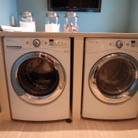 Den Trockner auf die Waschmaschine stellen: So wird die Kombi zur sicheren Sache