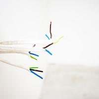 So finden Sie Stromleitungen in der Wand