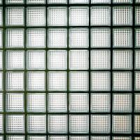 Raumverschönerung durch Verlegen von Glasfliesen