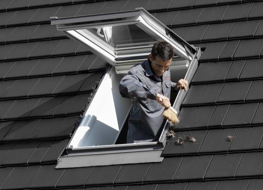 Laub am Dachfenster entfernen