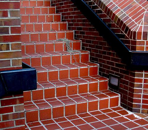 fliesenleger.net  Stufenbelag – Schutz beim Abwärtslaufen