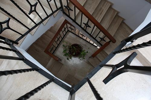 treppenhaus fliesen wandbereich in die gestaltung mit einbeziehen. Black Bedroom Furniture Sets. Home Design Ideas