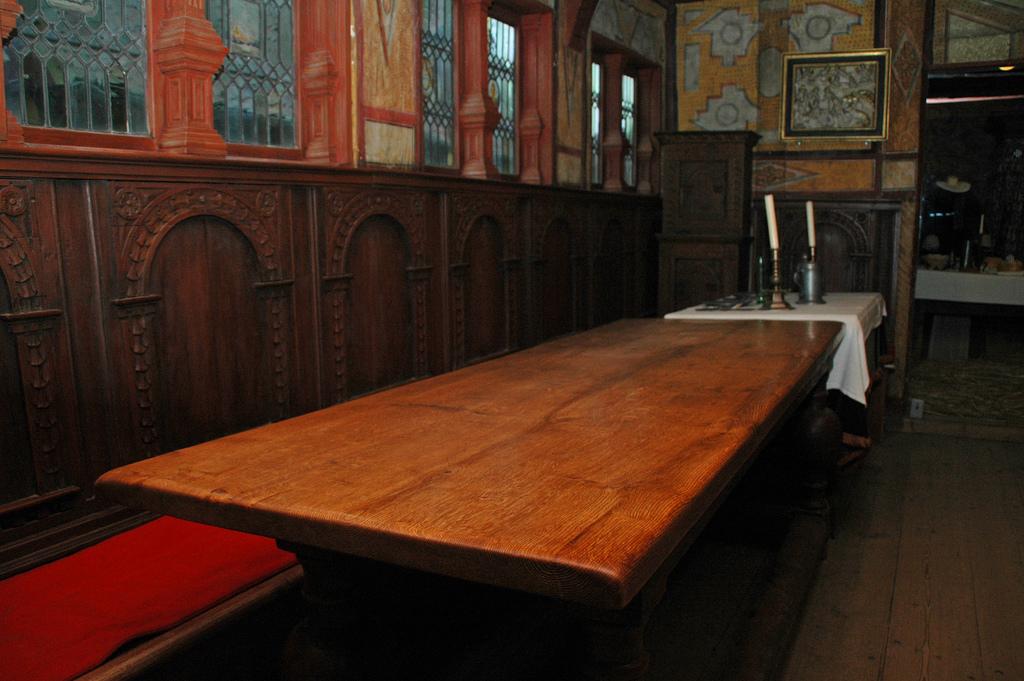 Ein Esstisch aus massivem Holz ist hochqualitativ und langlebig