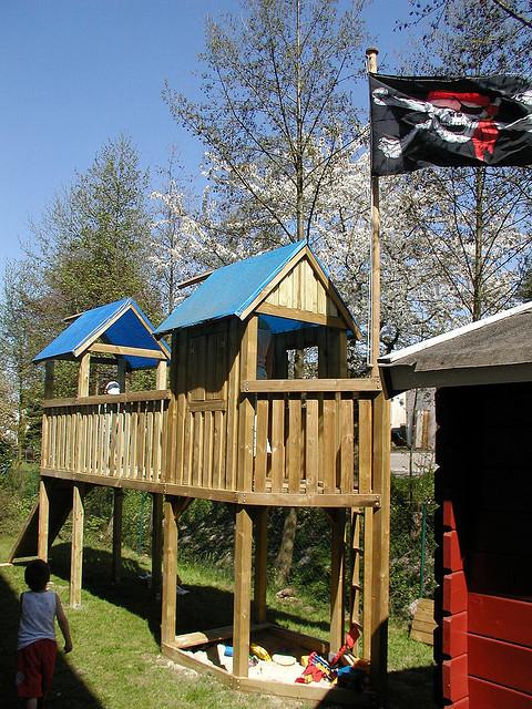 Ein selbst gestalteter Spielturm im Garten