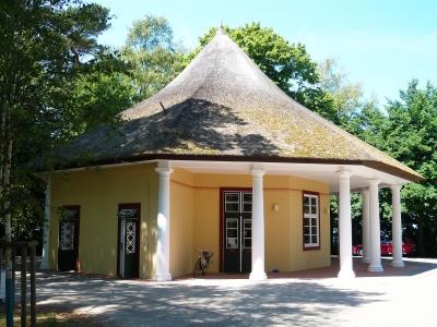 Reetdach Pavillon: Infos zu Vor- & Nachteilen