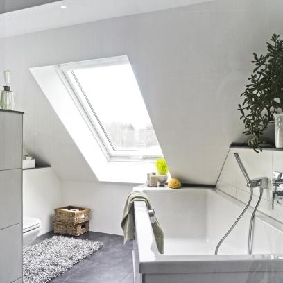 Badezimmer mit dachfenster  Aktuell: VELUX Dachausbau-Projekt in Bochum