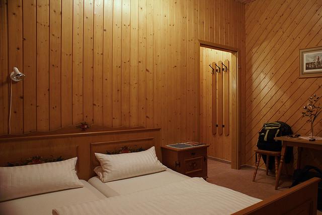 gesund schlafen im massivholz schlafzimmer. Black Bedroom Furniture Sets. Home Design Ideas