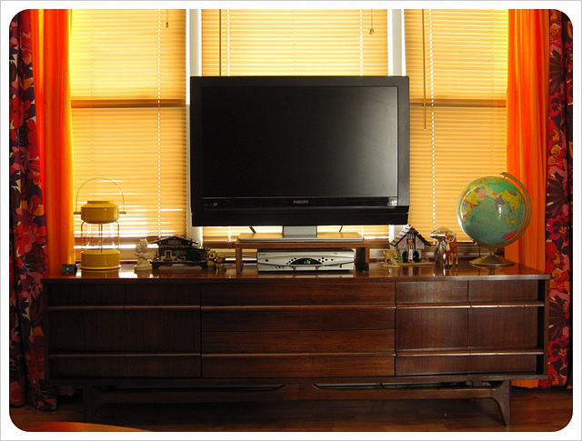 tv m bel aus holz als funktionale einzelst cke. Black Bedroom Furniture Sets. Home Design Ideas