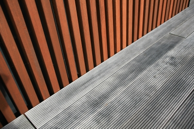 eine terrasse aus holz bringt erholung mit stil. Black Bedroom Furniture Sets. Home Design Ideas