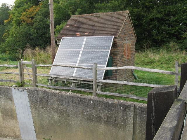 ein solarbrunnen ist ein umweltfreundlicher hingucker im. Black Bedroom Furniture Sets. Home Design Ideas