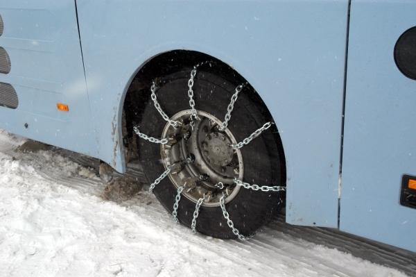 Schneeketten auf Geländewagen – das gilt es zu beachten