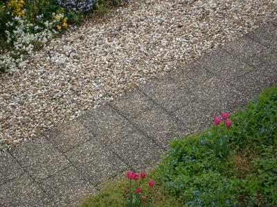 terrassengestaltung mit steinen vor und nachteile von kieselsteinen. Black Bedroom Furniture Sets. Home Design Ideas