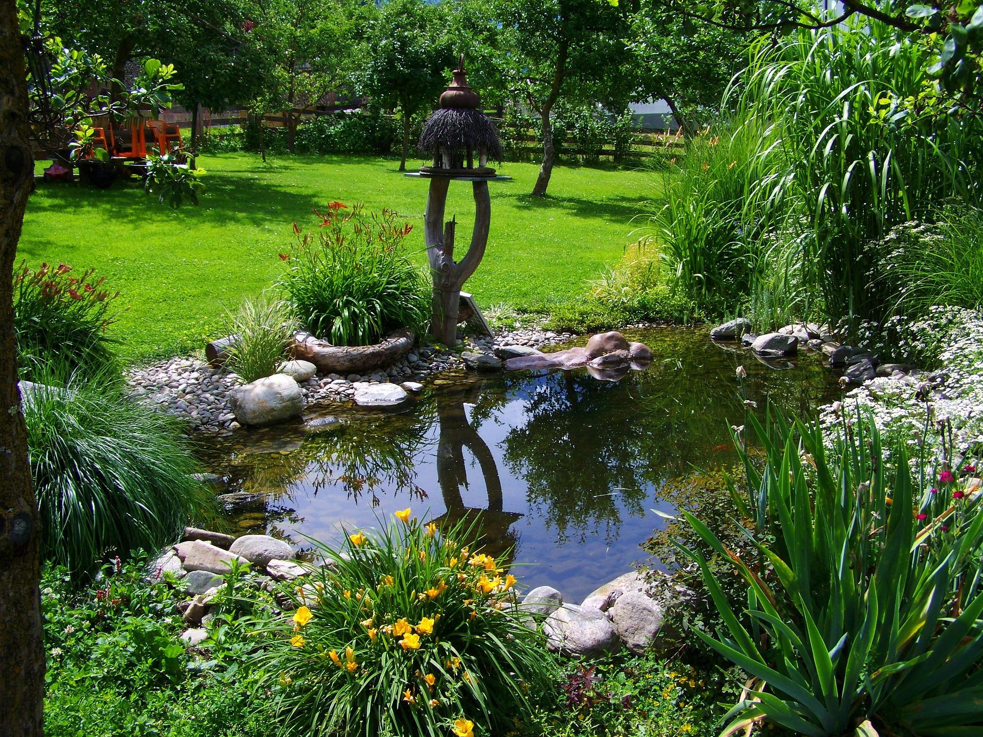 Wasser im garten was tun wenn es pl tschern soll for Gartengestaltung um einen baum